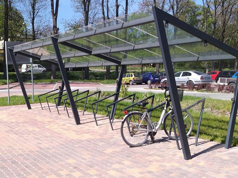 Stojak rowerowy pod wiatą rowerową