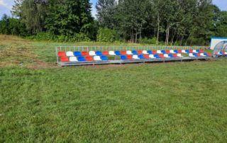 Trybuna sportowa z kolorowymi siedziskami