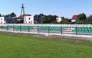 trybuny sportowe wzdłuż boiska