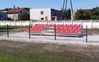 Trybuna sportowa z czerwonym siedziskami